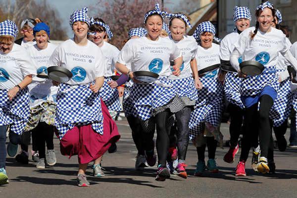 能吃又能玩!英国小镇举办趣味端煎饼赛跑活动
