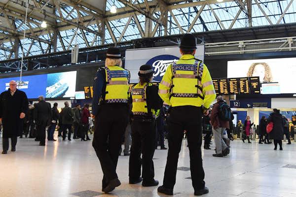 伦敦三大交通枢纽现爆炸装置 警方视为恐怖事件