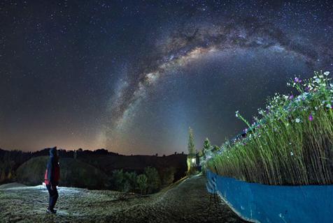 摄影师拍阿根廷荒原银河美景 似天桥悬于夜空
