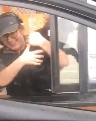 美国黑狗受美味诱惑从主人汽车里跳入餐厅窗口
