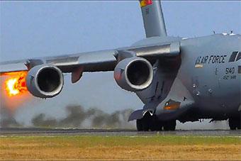 美军机捧场澳航展 起飞时发动机撞鸟喷出火焰