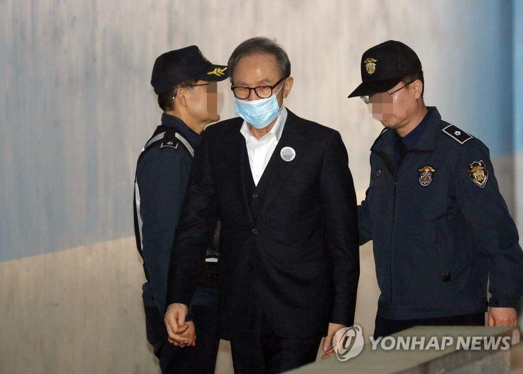 李明博被保释  349天后被保释