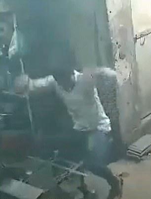 危险!印男子裤兜中手机起火冒烟致其腿部烧伤