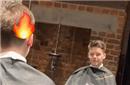 """贝克汉姆带儿子理发 造型师""""火燎""""头发手法神奇"""
