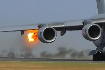 美军C-17运输机发动机吸入大鸟 瞬间喷出一团火