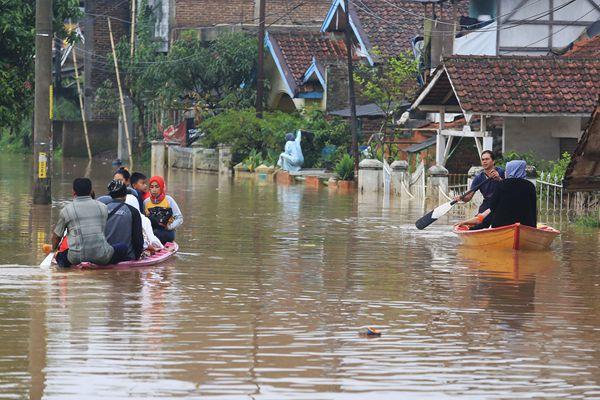 印尼万隆强降雨引发洪灾 街头成汪洋民众划船出行