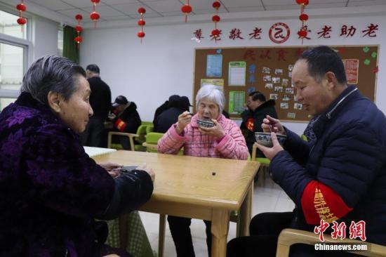 """中国老龄人口2.49亿 """"中国式养老""""何去何从"""