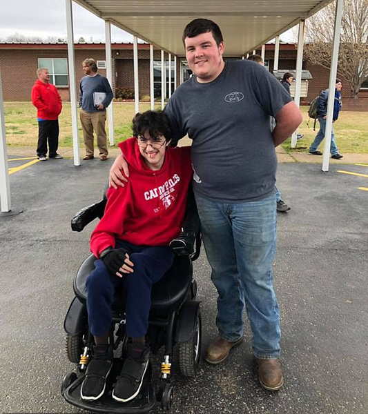 美国高中生为送朋友电动轮椅 花两年打工攒钱