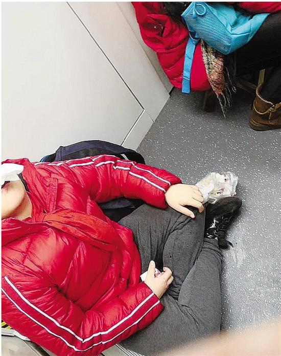 男孩地铁上流鼻血 下车时收拾纸巾默默带走