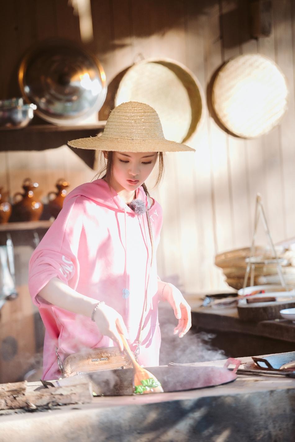 杨超越重回农村如鱼得水 土灶台掌勺当主厨
