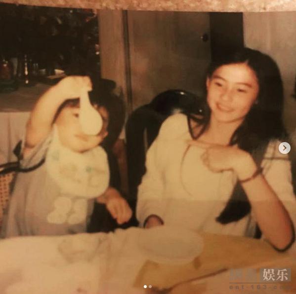 张柏芝晒与弟弟童年照 面容清丽从小美到大