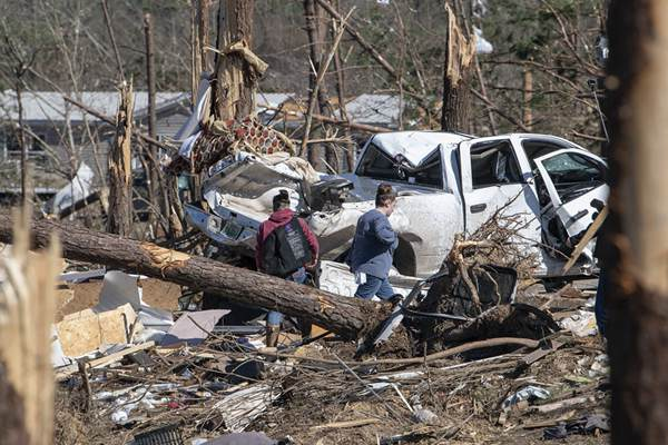 美国数年来最致命龙卷风致23人死亡 灾区现场一片狼藉