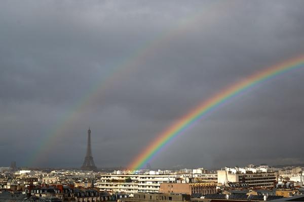 """风暴""""弗雷亚""""过境法国巴黎 埃菲尔铁塔上空现缤纷双彩虹"""