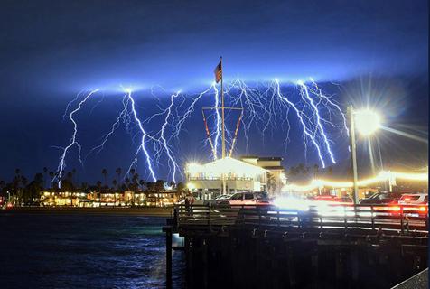 美国加州夜空被上千道闪电撕破 震撼壮观