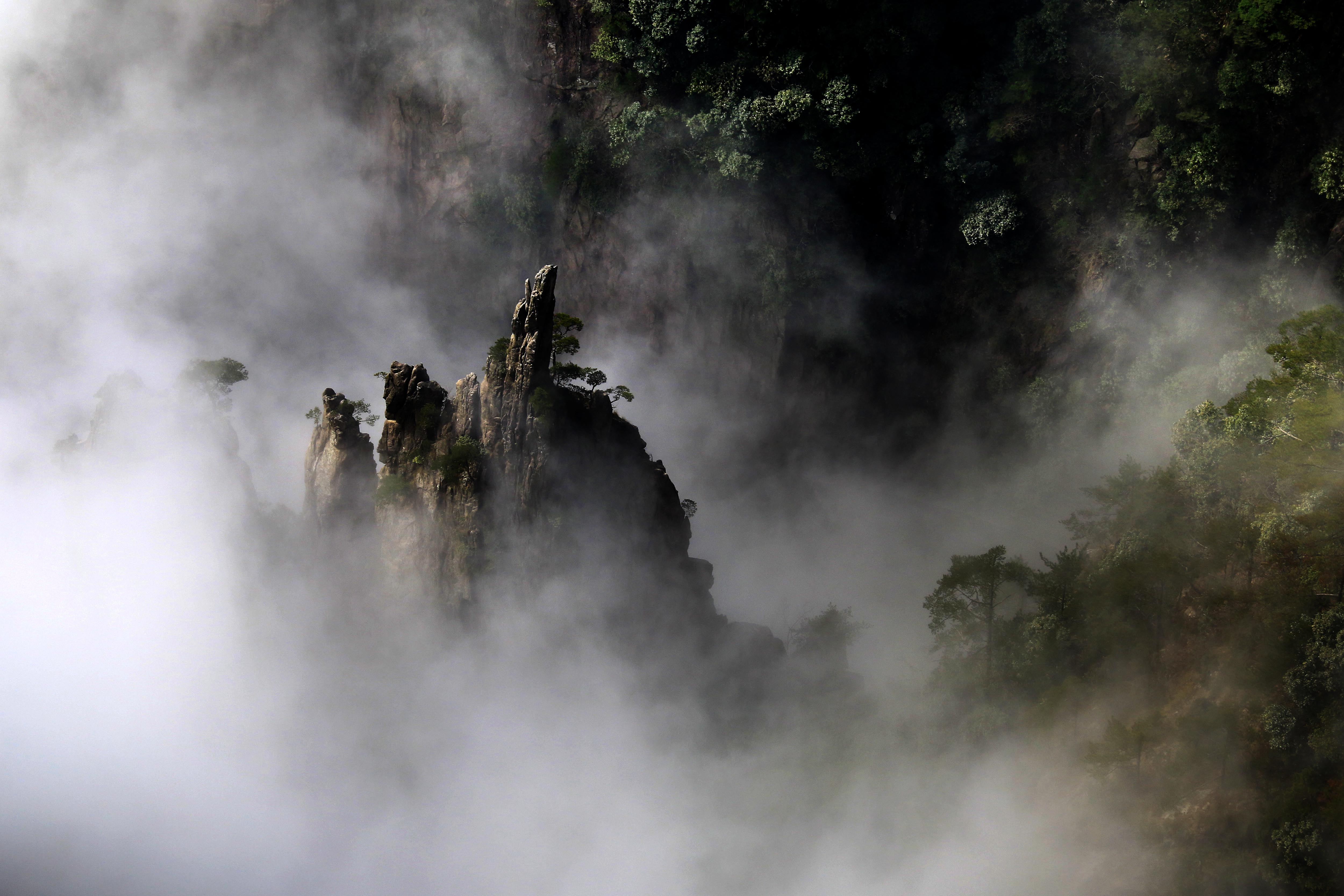 安徽黄山:西海大峡谷云海涌动唯美壮观