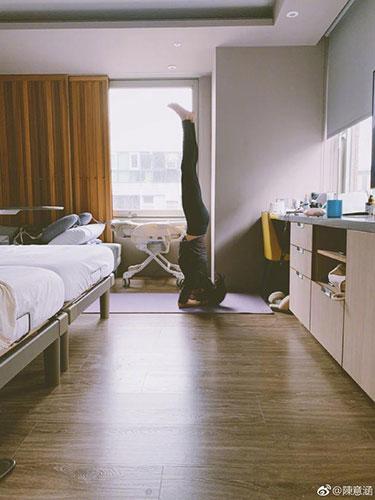 陈意涵倒立练瑜伽:坐完月子后要找回肌肉