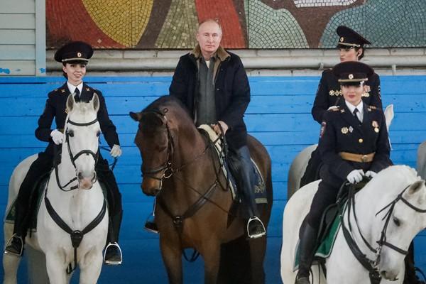 普京妇女节前参观俄骑警团 同女警一起骑马