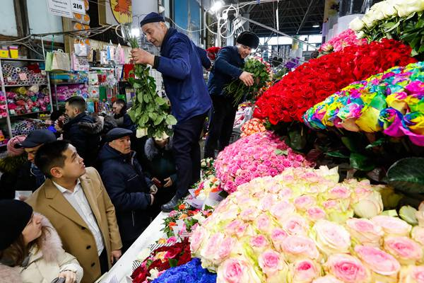 庆祝国际妇女节 俄罗斯花卉市场鲜花热销