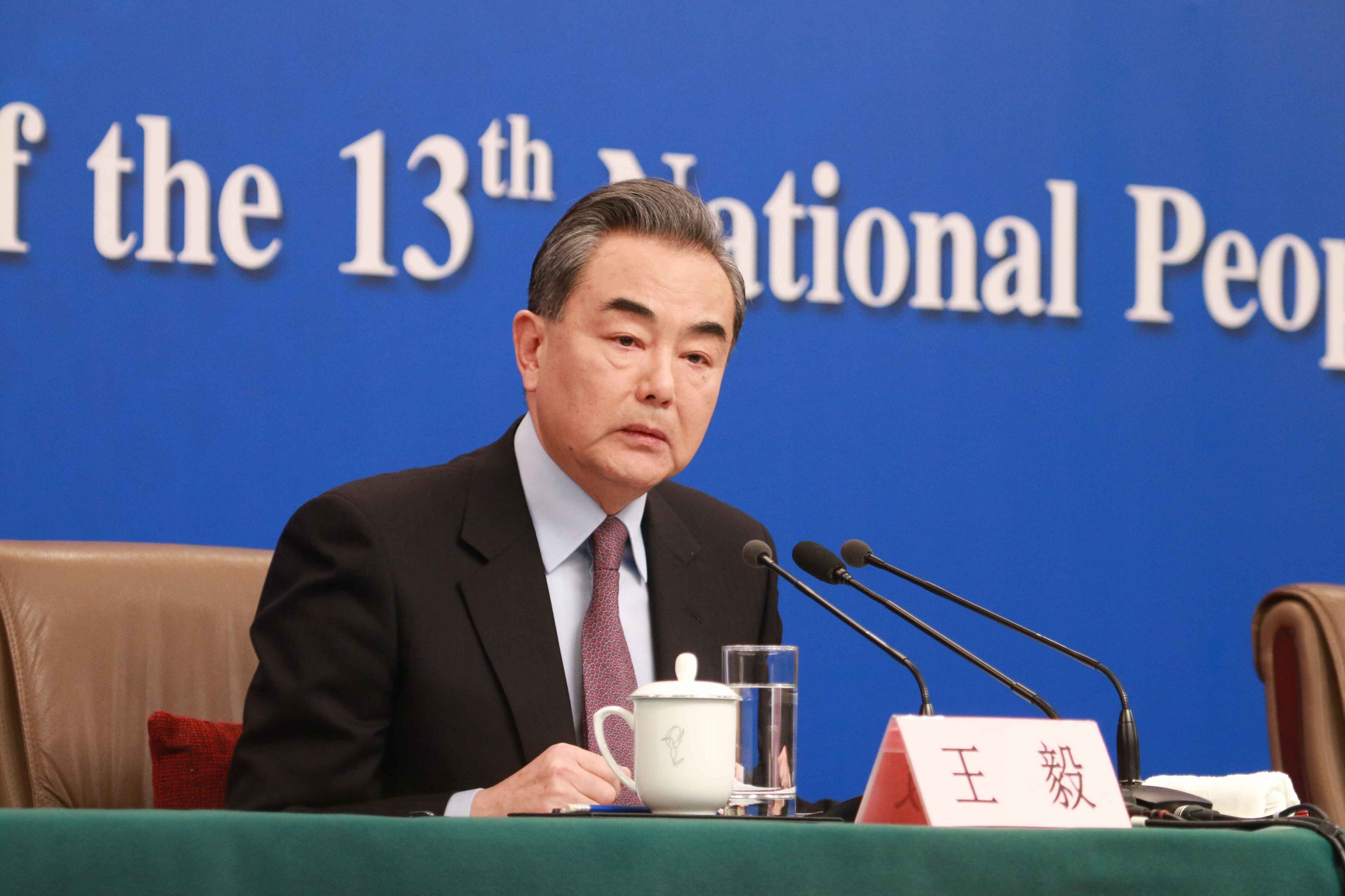 王毅对彭博社记者说:你微笑着说出了非常尖锐的语言