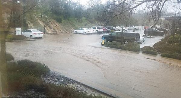 加州山城暴发洪水致街道变泥水河