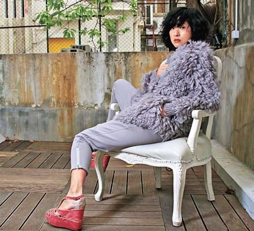 陈奕迅老婆与韩国女神合照,背新款香奈儿包,却被嘲像售票员