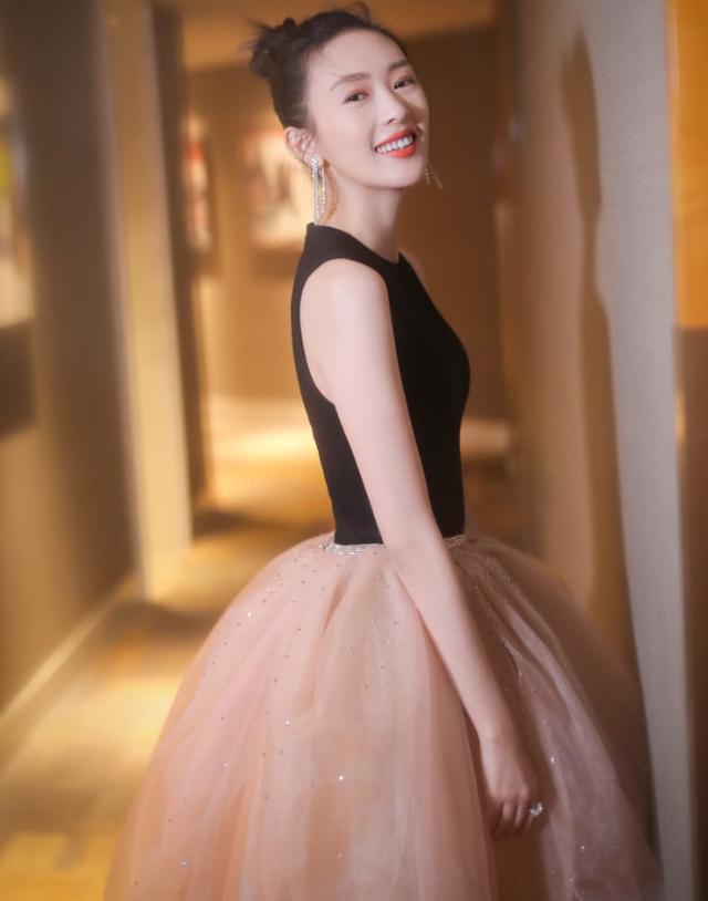 33岁的童瑶是吃了防腐剂吧?穿普通长裙少女感爆棚,不得不服!