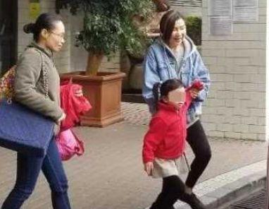 刘恺威母亲独自送小糯米上学,小家伙心情略好,非常活泼