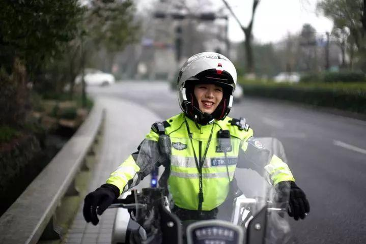 最美女骑警刷爆朋友圈 苦练仨月驾驭600斤摩托车