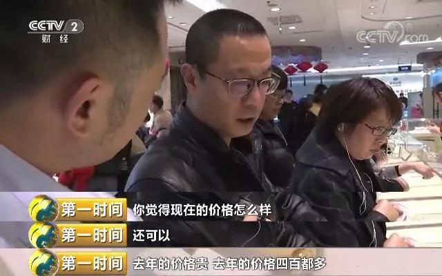 随后记者在北京国华商场,太阳金店看到,两家商场的消费者同样很多,商场负责人表示,最近猪年贺岁寓意的黄金饰品、转运珠受到消费者的格外青睐,销量占比达到约20%,而一些传统的黄金饰品的销售也同样出现热卖。