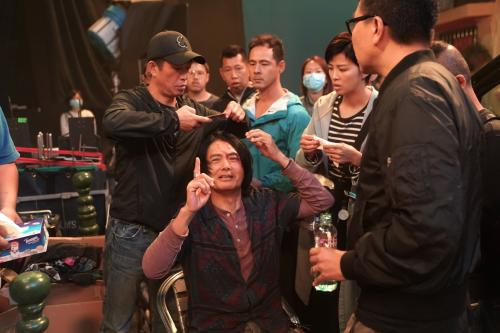 港媒:周润发片场受伤流血仍坚持拍摄 工作人员赞态度专业