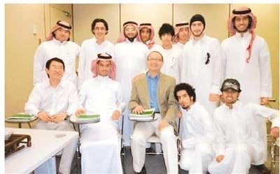 北京语言大学教师曾到沙特国王大学给该校中文专业学生讲授茶艺。图为教师与学生们合影。(新华网)