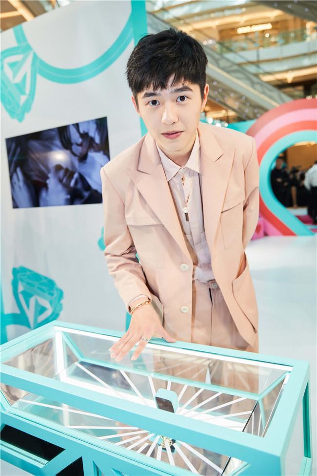 刘昊然亮相活动 淡粉色西装诠释春日浪漫