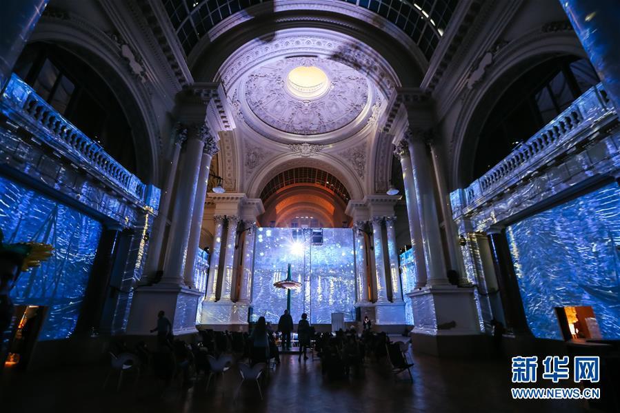 比利时布鲁塞尔举办声光电画展 观众沉浸梵高画境