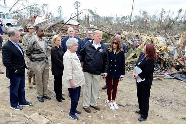 美总统特朗普夫妇造访龙卷风灾区 送上拥抱鼓舞灾民