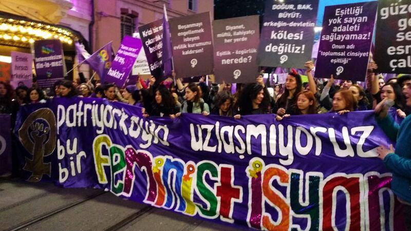 3·8妇女节土耳其女性上街游行 被警方使用催泪弹驱赶