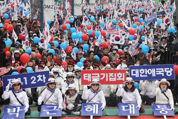"""韩前总统朴槿惠被弹劾2周年 支持者举行集会要求""""放人"""""""