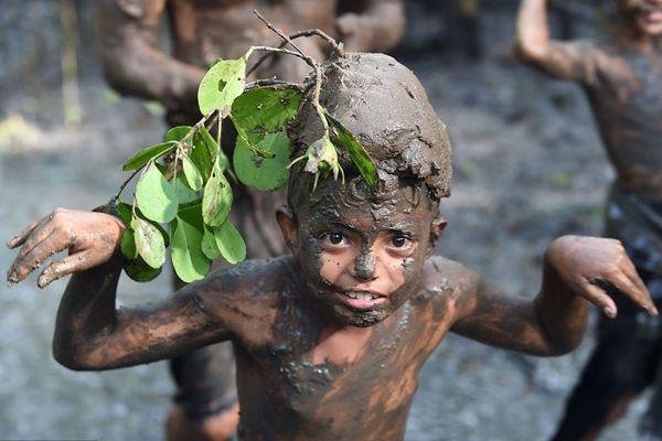 印尼巴厘岛民众参加传统泥浆浴 男女老少秒变泥人