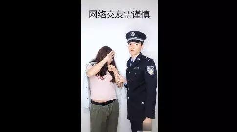 """好拼!警察小哥哥化身""""女装大佬"""",原来为了"""