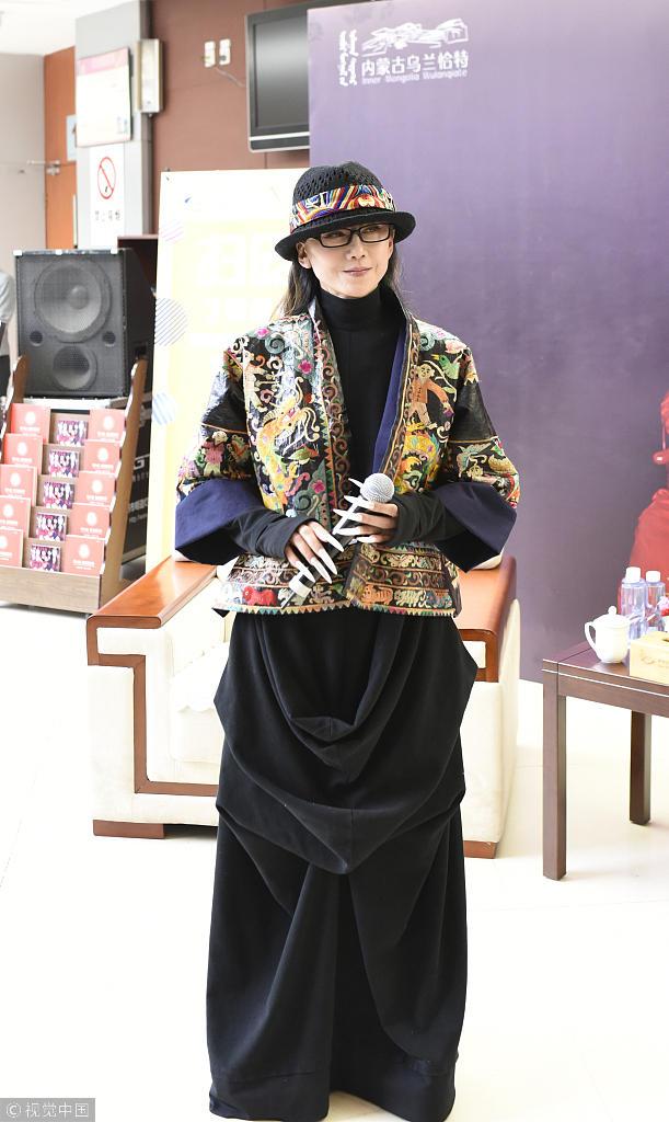 61岁杨丽萍容颜不老!民族服装配个性礼帽娇如少女