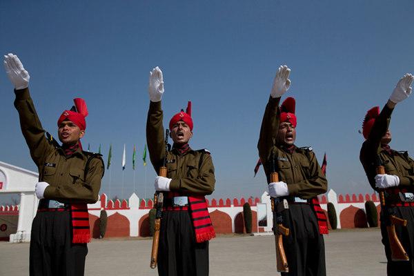 印度153名新兵参加毕业游行