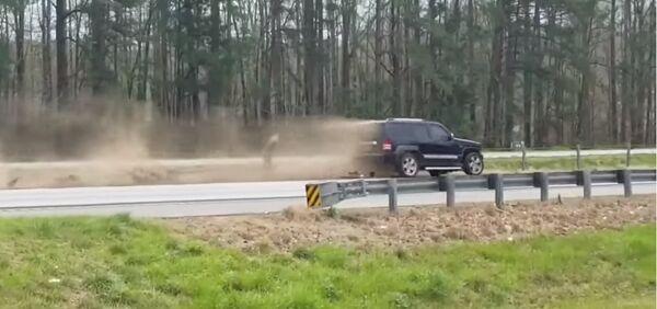 意外?一辆汽车在特朗普车队附近发生事故