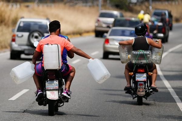 委内瑞拉大规模停电第三天 居民取山泉水度日