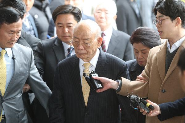韩前总统全斗焕抵达光州法院 就损害名誉嫌疑受审