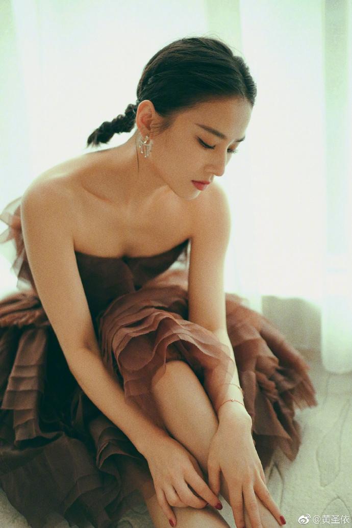 黄圣依沙发上拍唯?#26469;?#29255; 抹胸公主裙尽显曼妙好身材
