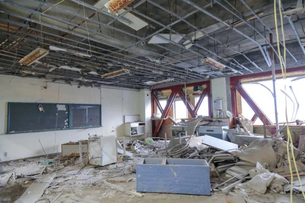 那天,三楼教室里冲进了一辆汽车