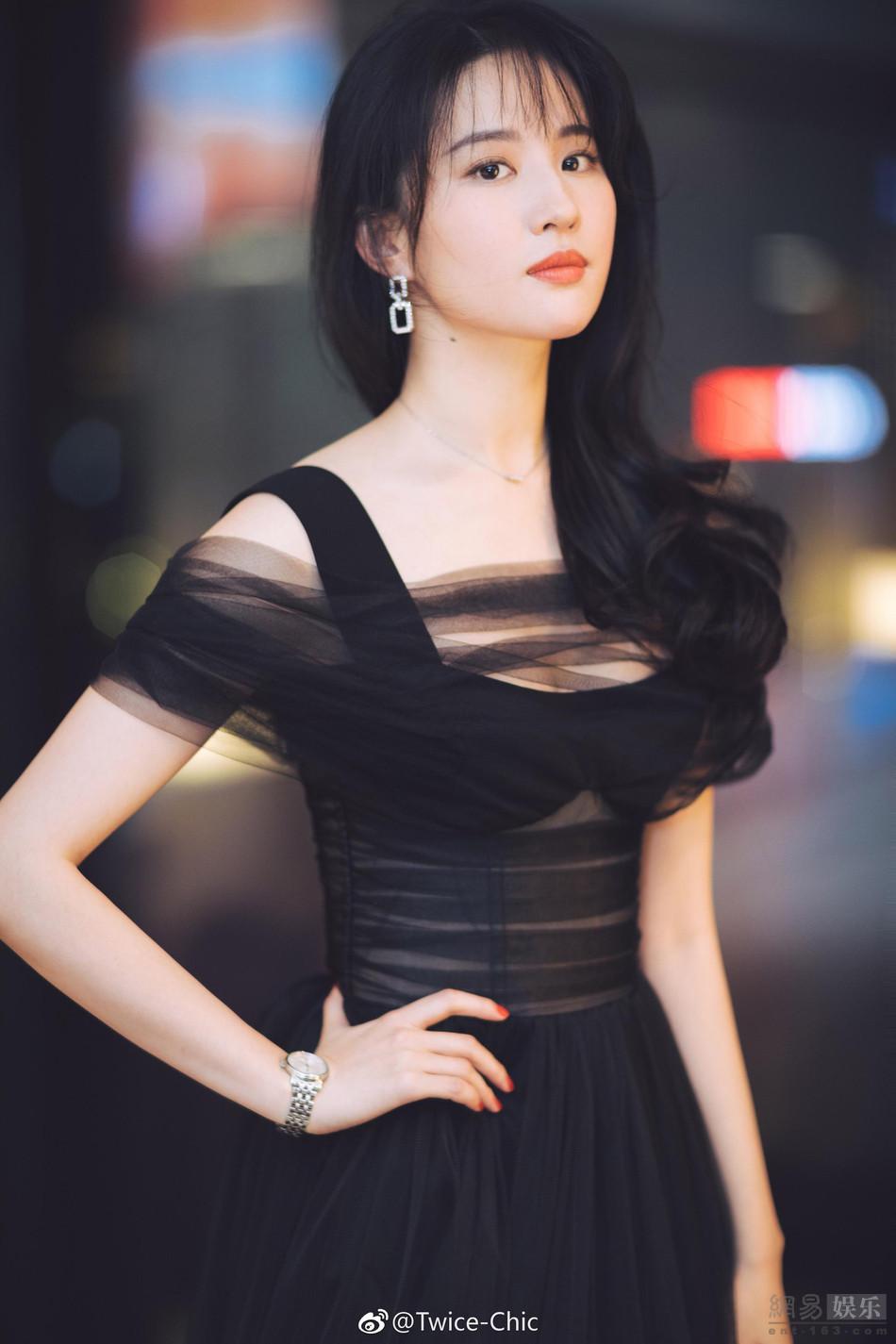 刘亦菲穿黑纱长裙优雅大气 秀天鹅颈仙气足