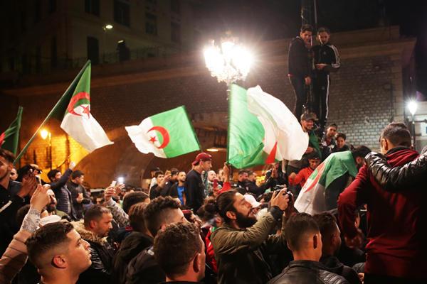 阿尔及利亚民众走上街头 欢庆现任总统放弃连任