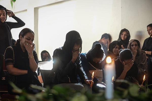 埃航坠机航班黑匣子已找到 遇难者家属悼念亲人
