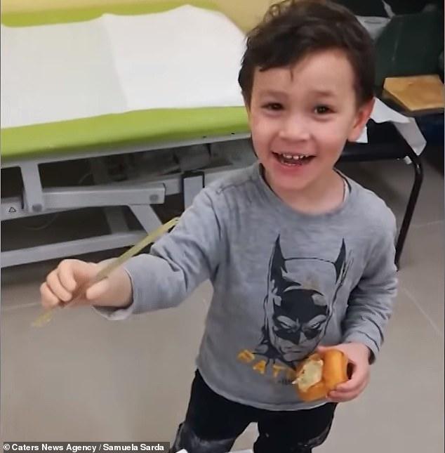 暖心!意大利天生残疾小男孩首次使用仿生手臂