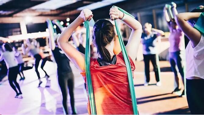 研究:膝关节炎患者加强髋部运动可改善行走能力